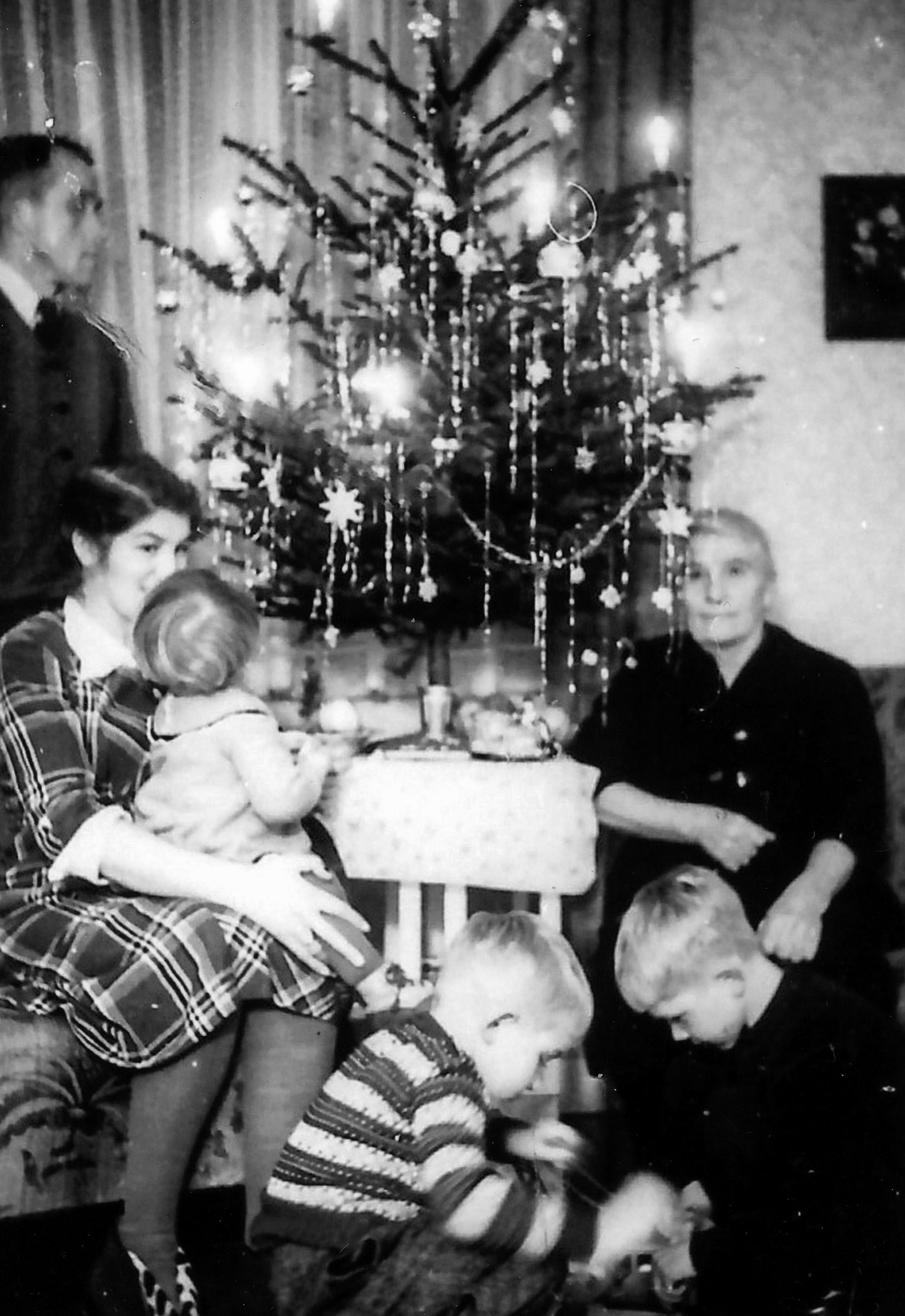 Erich und Elfriede Holighaus mit Kindern und Oma