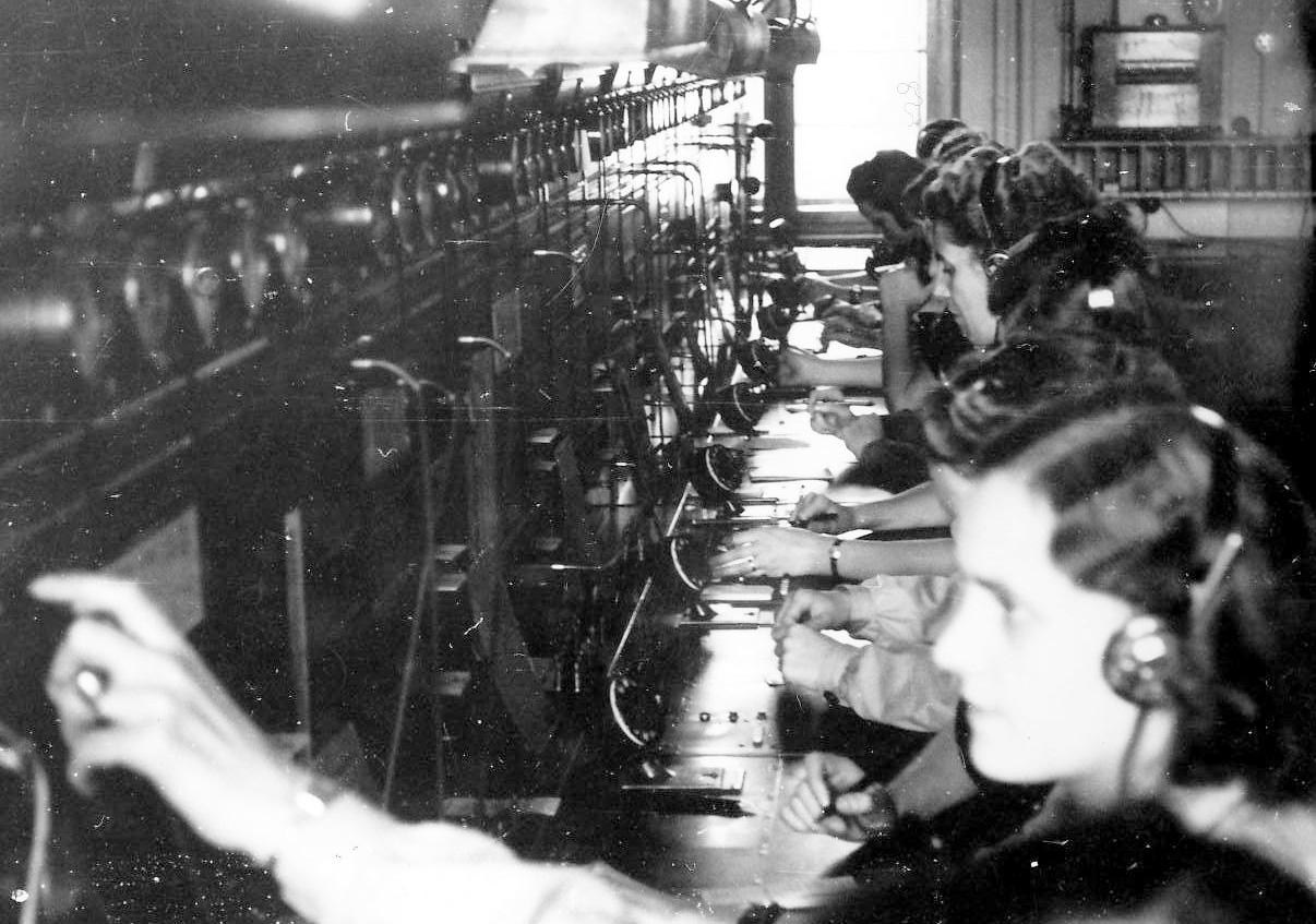 Telefonvermittlerinnen bei der Arbeit